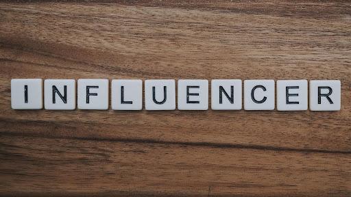 https://pixabay.com/fr/photos/influenceur-l-influence-du-marketing-4202697/